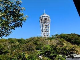 灯台を見上げる