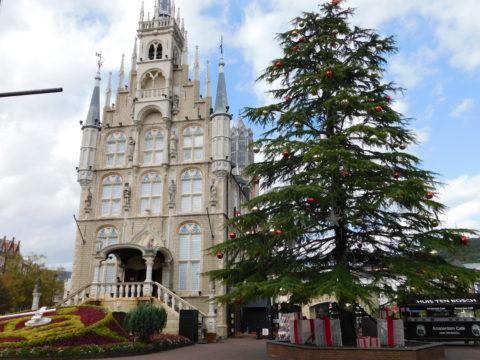 ハウステンボス昼のお城とツリー