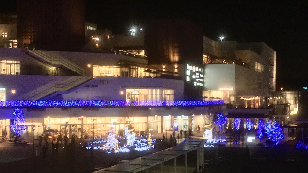 冬の夜のテラスモール湘南外観